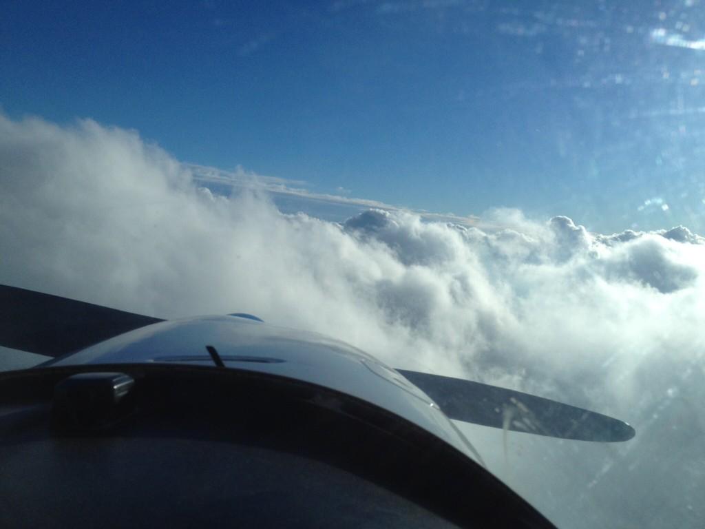 Ultraleichtfliegen über den Wolken