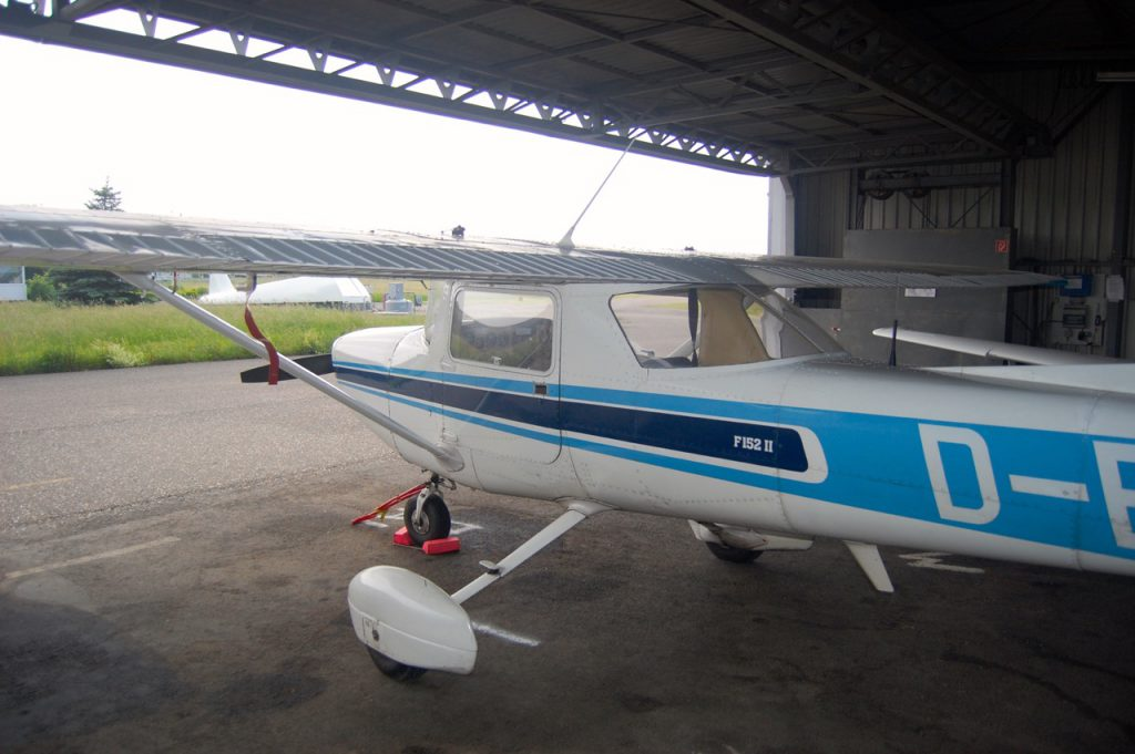 Cessna F152 im Hangar